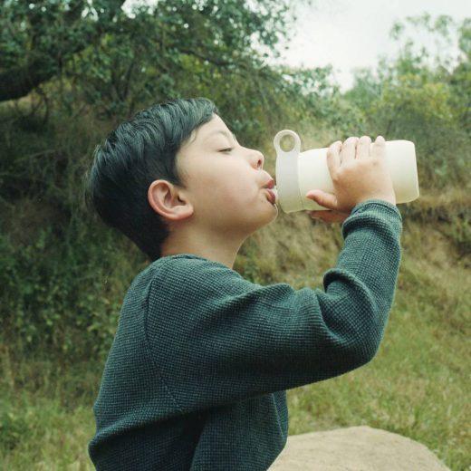 biały bidon termiczny dla dzieci play tumbler kinto z uchwytem i słomką